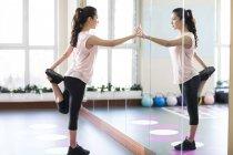 Asiatische Frau stretching am gym — Stockfoto