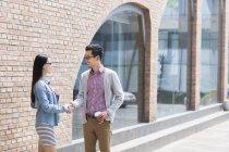 Азиатские коллеги пожимают руки на улице — стоковое фото