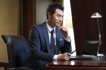 Uomo d'affari cinese che lavora in ufficio a casa — Foto stock