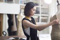 Mujer asiática diseñadora de moda trabajando en estudio - foto de stock