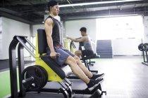 Азиатских мужчин, спортом в тренажерном зале — стоковое фото