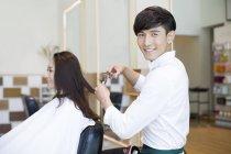 Chinesischen Friseur Haare schneiden Kunden — Stockfoto