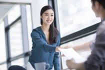 Китаянка на собеседовании — стоковое фото
