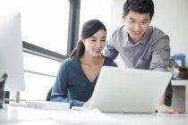 Chinesische Mitarbeiter mit Laptop im Büro — Stockfoto