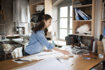 Chinese fashion designer travaillant en studio — Photo de stock
