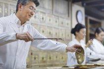 Китайський лікарів у традиційній медицині, фармації — стокове фото