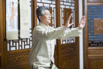 Mature chinese man practicing Tai Chi — Stock Photo