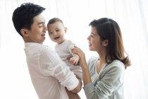 Китайские родители с Улыбающийся мальчик — стоковое фото