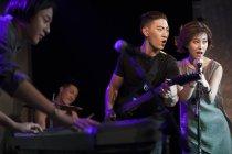 Китайський музичний гурт, що грає на сцені — стокове фото