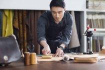 Artisan de mâle asiatique travaillant en studio — Photo de stock