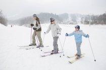 Chinesische Familie mit Sohn beim Skifahren im Skigebiet — Stockfoto