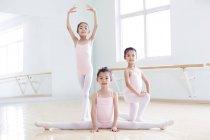 Ragazze cinesi che praticano danza classica — Foto stock