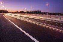 Cena urbana da estrada da cidade, à noite, na China — Fotografia de Stock
