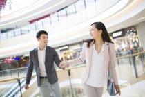 Casal chinês andando no shopping — Fotografia de Stock