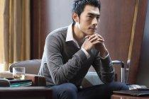 Портрет задумчивого китайского бизнесмена в номере отеля — стоковое фото
