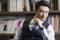 Ritratto di uomo d'affari asiatico in studio — Foto stock