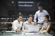 Gente di affari cinese che utilizza computer portatile nella riunione — Foto stock