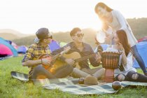 Amigos chinos tocando instrumentos de música en el festival de música - foto de stock