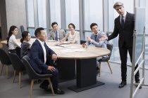 Бизнесмен, показаны презентации на совещании в зал Совета — стоковое фото