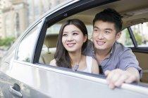 Coppia cinese seduta sul sedile posteriore dell'auto — Foto stock
