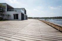 Міські сцени з будівлі на березі озера в Китаї — стокове фото