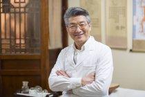 Портрет зрілих китайський лікар — стокове фото