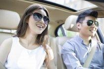 Couple chinois dans voiture — Photo de stock