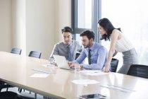 Geschäftsleute mit Treffen mit Laptop im Büro — Stockfoto