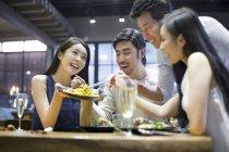 Asiatische Freunde teilen Essen im Restaurant — Stockfoto