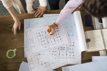 Architectes discutant des plans dans le bureau — Photo de stock