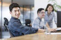 Employés de bureau chinois assis dans le Bureau — Photo de stock