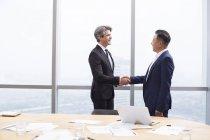 Бизнесмены пожимают руки в зале заседаний — стоковое фото