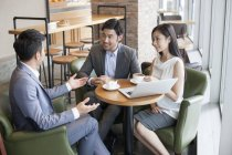 Asiatico business people avendo meeting in cafe — Foto stock