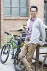 Азиатский мужчина с помощью смартфона на улице — стоковое фото