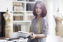 Ritratto di stilista asiatica femminile che tiene campioni — Foto stock