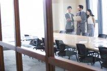 Ділових людей, використовуючи ноутбук у кімната для нарад — стокове фото