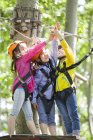 Chinesische Kinder posieren im Tree Top Adventure park — Stockfoto