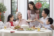 Chinese New Year Dinner mit Familie — Stockfoto
