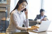 Femme asiatique parler téléphone au café — Photo de stock