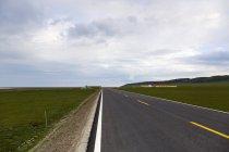 Estrada rural na província de Qinghai, China — Fotografia de Stock