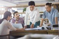 Architectes, discuter des plans au bureau — Photo de stock