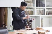 Азиатских мужчин ремесленников, работающих в студии — стоковое фото