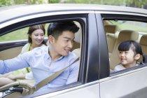 Familia China viajaba en coche junto - foto de stock