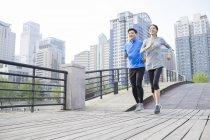 Coppia adulta cinese jogging nel parco — Foto stock
