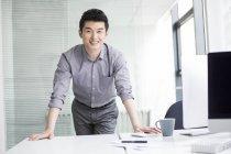 Empresário chinês no local de trabalho no escritório — Fotografia de Stock