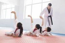 Chinesische Kinder trainieren mit Taekwondo Lehrer — Stockfoto