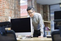 Chinese office worker working in office — Stock Photo