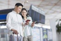 Mature couple chinois en attente à l'aéroport — Photo de stock