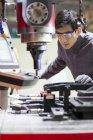 Китайська чоловічий інженер робітників промислових заводі — стокове фото