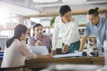 Architetti che discutono di progetti in ufficio — Foto stock